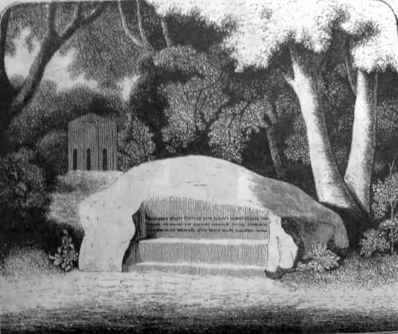 Каменная скамья с полустершейся надписью. По преданию, на ней любила отдыхать Екатерина II